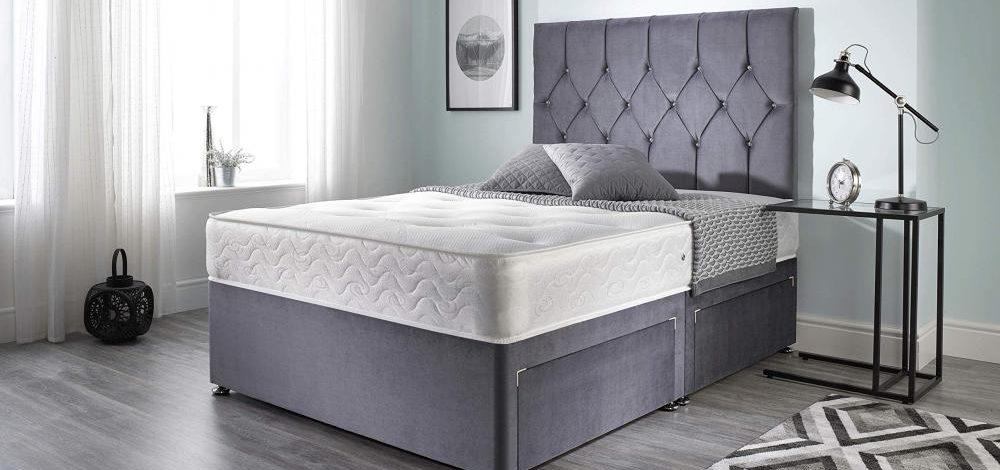 Łóżko z wysokim zagłówkiem